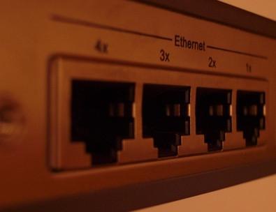 Comment obtenir deux ordinateurs sur l'Internet en utilisant la même ligne téléphonique
